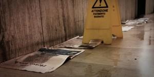 Zeitungen saugen Wasser auf dem Boden auf